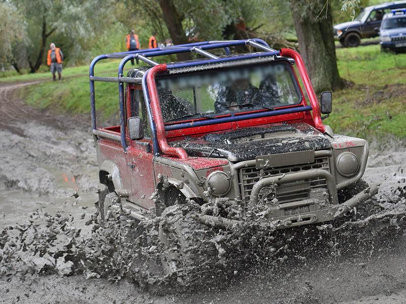 Lái xe off road dưới bùn