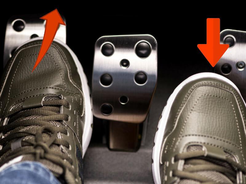 Kết hợp nhả từ từ chân côn và mớm ga là một trong những kỹ năng quan trọng nhất khi lái xe hơi số tay